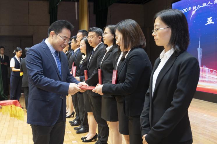 戴运龙厅长为学员颁发结业证书.png